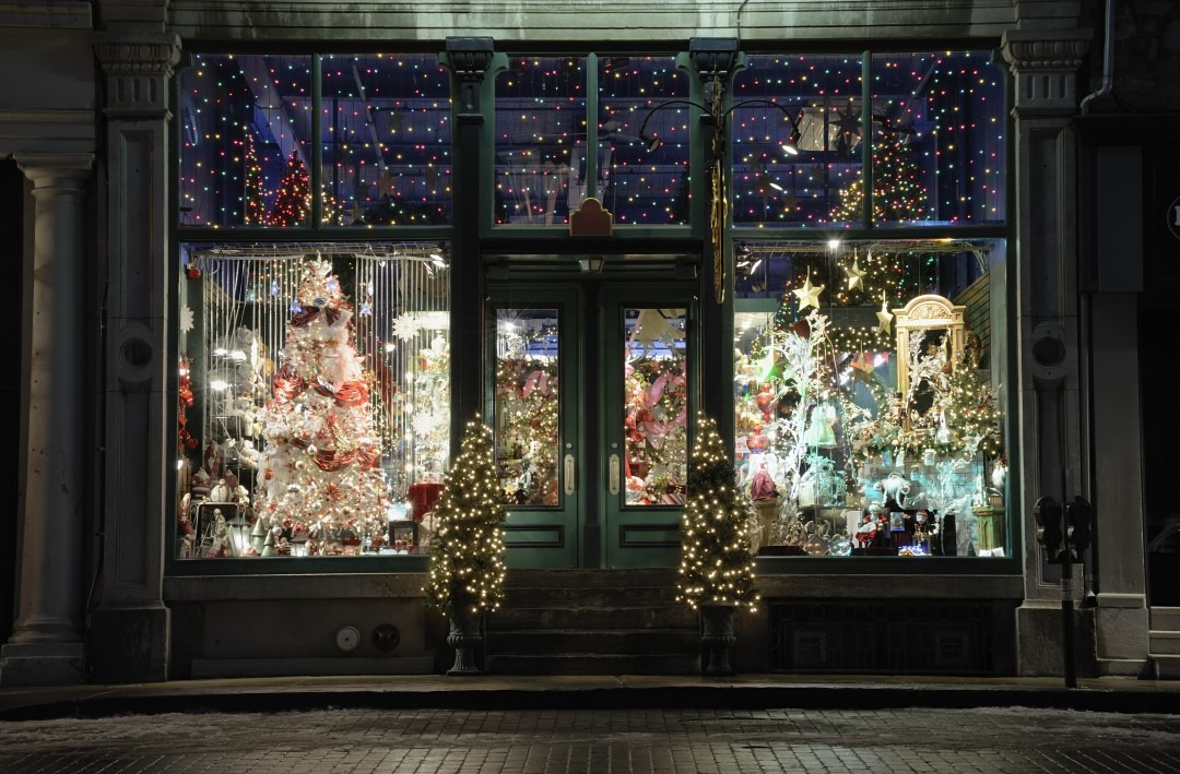 Advantages of seasonal employment zing blog by quicken for Store window decorations