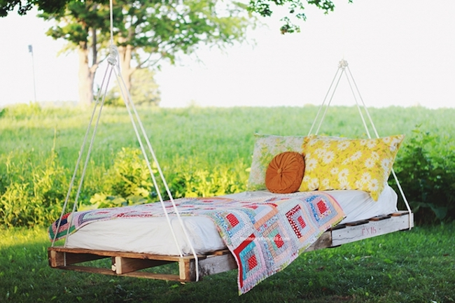 DIY outdoor pallet swing