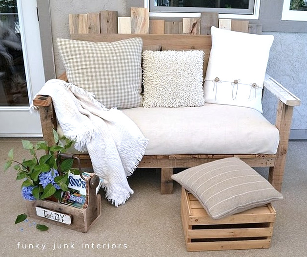 DIY outdoor pallet couch