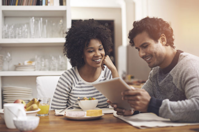 Prise de vue d'un couple à l'aide d'une tablette numérique tout en prenant son petit déjeuner à la maisonhttp: //195.154.178.81/DATA/i_collage/pu/shoots/784179.jpg